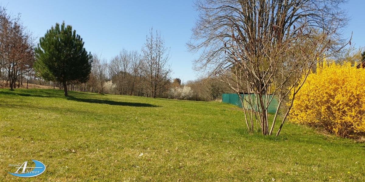 Beau terrain au calme, sur la commune de Champcevinel à 2 minutes du village, sans vis-à-vis