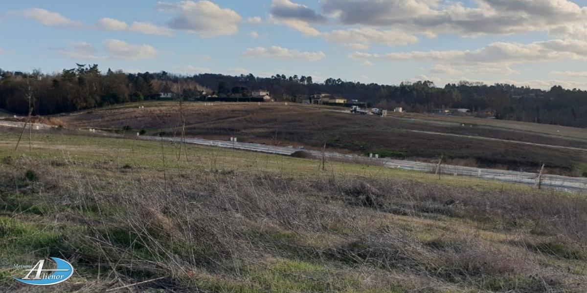 Beau terrain sur la commune de Boulazac, proche des commodités, viabilisé.contactez Cindy au 07.72.66.83.53 pour plus d'infos.