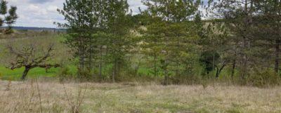 Beau terrain de 1800m² avec vue dégagée, proche de la ville