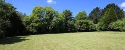 Beau terrain plat de 1350 m² proche de toutes commodités.
