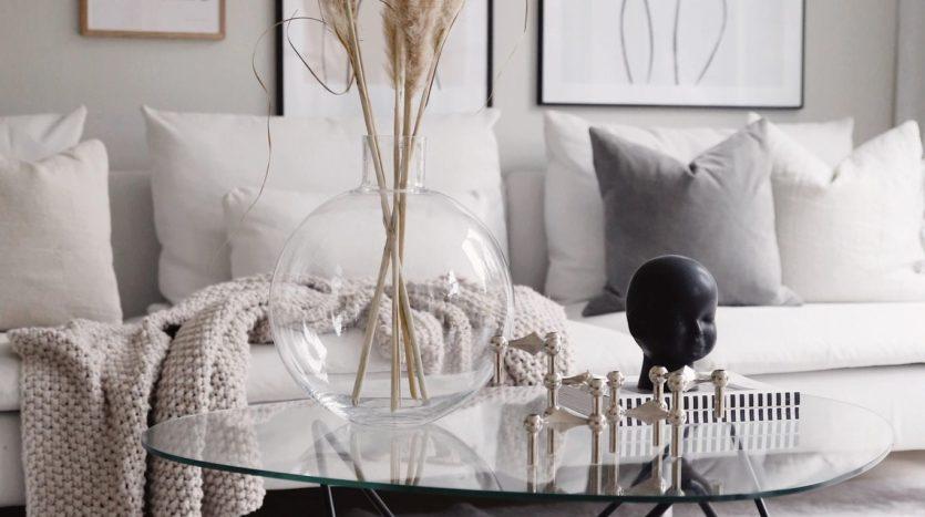 salon-blanc-table-basse-verre-et-metal-vase-en-verre-et-herbes-de-palmier-maisons-aliénor-périgord-constructeur-maisons-individuelles