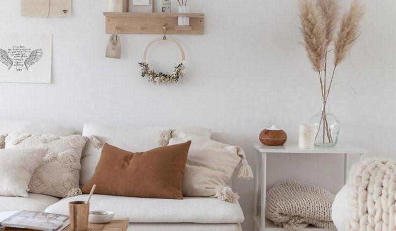salon-scandinave-avec-matieres-naturelles-teintes-chaleureuses-et-coussin-de-sol-maisons-aliénor-constructeur-maisons-individuelles-périgord