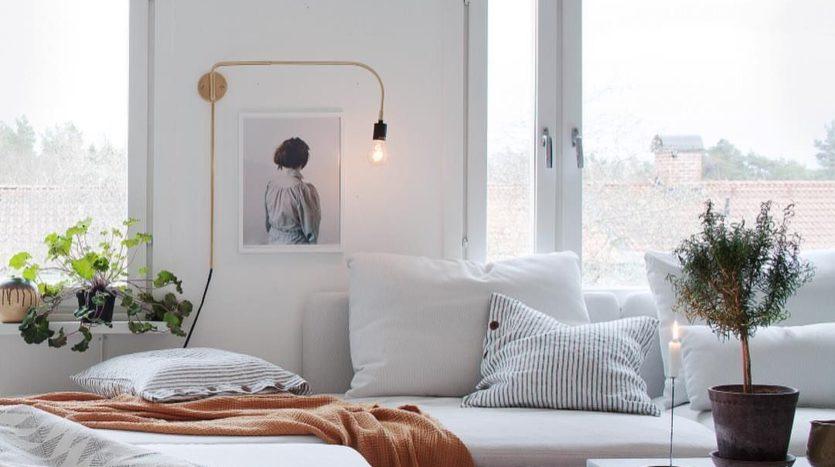 un-zeste-de-couleurs-dans-une-piece-a-vivre-scandi-maisons-aliénor-périgord-constructeur-maisons-individuelles