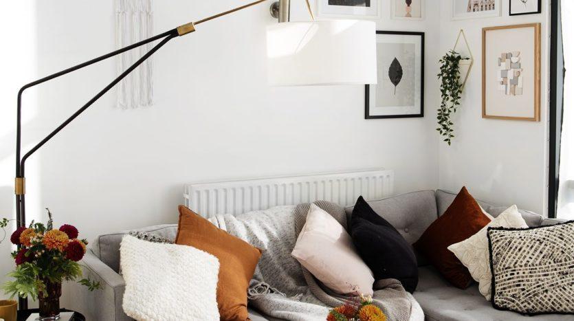 une-ribambelle-de-coussins-apporte-un-esprit-intime-dans-le-salon-maisons-aliénor-périgord-constructeur-maisons-individuelles