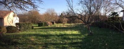 Je vous propose ce beau terrain à vendre sur la commune de NEUVIC. Il dispose d'une superficie de 1700 m² Il n'est pas en bordure d'une route passante, il est dans un hameau très calme sans nuisances sonores complètement dans un esprit campagne tout en étant proche des commerces.. Je propose ce terrain au prix de 14000 euros, AVEC TOUT A L 'EGOUT référence annonce : BOMJ11